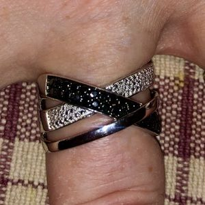 .10 CTW BLACK AND WHITE DIAMOND RING 💍